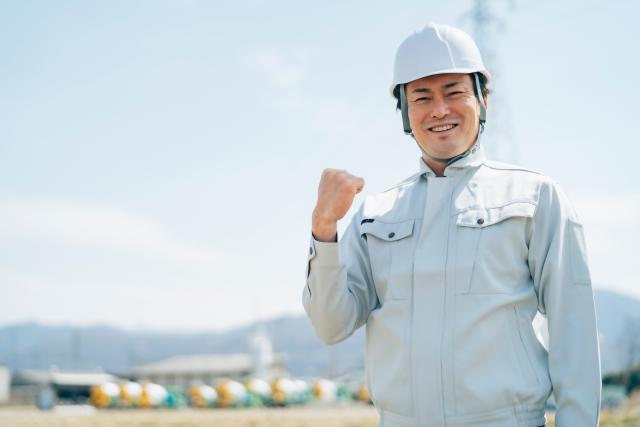 工場内作業員金属を含む鉱石の切断作業